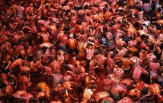 Over 100 tons of tomatoes are thrown in few hours: the Spanish town of Buñol once again hosts La Tomatina, probably the world's most famous food fight. Spanish Towns, Weird Holidays, Backpacking Europe, How To Speak Spanish, Moorish, Food Festival, Places Around The World, Wine Recipes, Places To Go