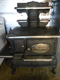 Vermont Antique Stove Co. Antique Kitchen Stoves, Antique Wood Stove, Vintage Kitchen Appliances, How To Antique Wood, Vintage Wood, Vintage Stuff, Cooking With Kids Easy, Cooking Classes For Kids, Antique Cast Iron Stove