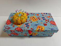 Caixa de costura em MDF, pintada e forrada com tecido, com agulheiro na tampa, bandeja na parte interna e suporte para 6 carreteis. R$ 45,00