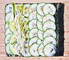 Ingrédients  4 feuilles d'algue nori (en magasin bio ou épicerie japonaise) 450 g de concombres coupés en fines tranches à la mandoline (je ne pèle pas mes concombres ; voir note) sésame grillé piment en poudre (facultatif ) 1 avocat mûr, coupé en tranches 100 g de tofu, ou de poulet cuit, ou de poisson (cuit, ou bien cru si ultra frais), coupés en lanières pousses ou graines germées sauce de soja, pour servir