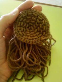 Cómo hacer Amigurumi pelo: Método peluca http://www.craftycattery.com/2011/08/how-to-make-amigurumi-hair-wig-method.html