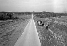 La voie Sir Wilfrid Laurier, aujourd'hui la route des Rivières à Saint-Nicolas, en 1943. À l'époque, il s'agit d'une simple voie goudronnée, qui relie Saint-Nicolas à Saint-Étienne-de-Lauzon, le long des paysages champêtres de la rivière Beaurivage.
