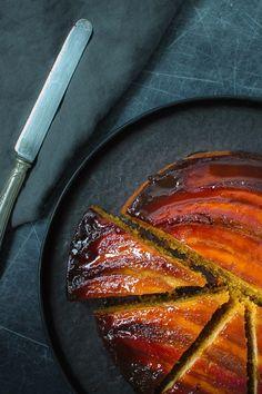 バナナとほろ苦いキャラメル、黒糖のコクとシナモンのスパイスが効いたクセになる美味しさ、キャラメルバナナのアップサイドダウン ケーキのレシピ。 材料 キャラメル 40 g 有塩バター (または無塩バター+塩少々) 80 g マスコバド糖 (または黒糖) 3-4 本 バナナ ケーキ生地 90 g 無塩バター 120 g ブラウンシュガー 2 個 卵 150 g 薄力粉 125 g ヨーグルト 3/4 小さじ ベーキングパウダー 1/4 小さじ ベーキングソーダ(重曹) 1/6 小さじ 塩 1/4 小さじ シナモン Banana Upside Down Cake, Funfetti Cake, Loaf Cake, Beautiful Cakes, Food Pictures, Food Styling, Cake Recipes, Cake Decorating, Food Photography