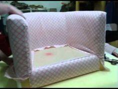 Tratava-se de um sofá do IKEA já gasto e com bastante uso que se quis recuperar para colocar no quarto de uma menina de três anos. Melhorou-se o interior par...