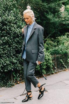 Удлиненный жакет и брюки под цвет жакета.