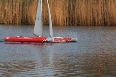 Peu de vent , mais déjà le trimaran Brossard RC accélère franchement. Boat, Vehicles, Dinghy, Boats, Car, Vehicle, Ship, Tools