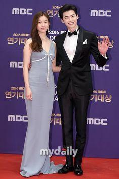 Han Hyo-joo and Lee Jong-suk Korean Actors and Actresses on the Red Carpet for MBC Drama Awards. Lee Jong Suk, Jung Suk, Lee Jung, W Two Worlds Wallpaper, Kdrama, Kang Chul, Mbc Drama, Korean Entertainment News, Han Hyo Joo