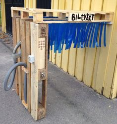 How much fun is this Pallet Car Wash!! Just fix the pallets together & add an old vacuum cleaner hose & plastic tape. Check out these other things to make with kids: http://www.under5s.co.nz/shop/Hot+Topics/Activities/Things+to+make.html #kids