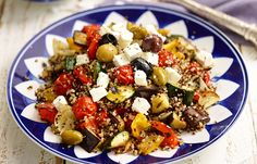 Mediterrane quinoa met geroosterde groenten, aubergine, courgette, paprika, rode paprika, gele paprika, knoflook, ui, uien, cherrytomaatjes, tomaatjes, tomaat, tomaten, oregano, verse oregano, tijm, tijmblaadjes, balsamico-azijn, azijn, olijfolie, olie, olijven, gemengde olijven, feta, 217, hoofdgerecht, quinoamix, wereldgranen, vegetarisch, balsamico [...]