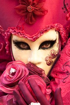 Masque de Venise - I love the eye liner and lashes on the mask. Mardi Gras Carnival, Venetian Carnival Masks, Carnival Of Venice, Venetian Masquerade, Masquerade Ball, Masquerade Attire, Venice Carnivale, Venice Mask, Carnival Makeup