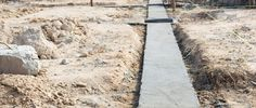 Streifenfundament für Gartenmauer, Gabionen oder Gartenhäuser Stepping Stones, Sidewalk, Outdoor Decor, Diy, Lounge, Patio, Build A Wall, Garden Fencing, Wheelbarrow