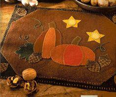Pumpkins and acorns felt tablecloth Felt Applique, Applique Quilts, Small Quilts, Mini Quilts, Fall Crafts, Halloween Crafts, Penny Rug Patterns, Wool Quilts, Barn Quilts
