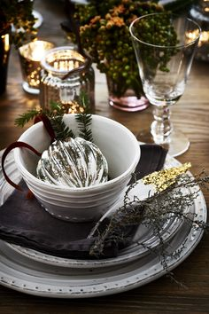 Betty Baubles & Bowsley dinnerware neptune.com #tabledecorations #christmastips #neptunechristmas