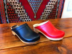 The perfect classic clog by Sven. Simple, well-made and timeless. In red and black.