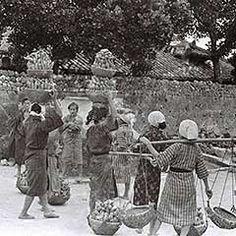 1935年に沖縄県で撮影された写真が、朝日新聞大阪本社で大量に見つかった。沖縄の人たちの生き生きとした暮らしぶりを写しだす。太平洋戦争末期の沖縄戦によって10年後には破壊されてしまった光景が、沖縄タイムスとの共同企画で82年ぶりによみがえる。
