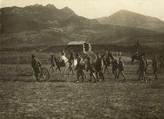Una de esas escenas cotidianas de la Campaña de Marruecos. Bici, caballo y a pie...  la foto es sobre 1912. (AGMM)