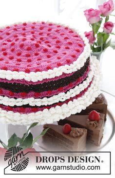 """San Valentín DROPS: Funda en ganchillo DROPS para tapadera de pastel, con frutillas y crema, en """"Muskat"""". ~ DROPS Design"""