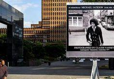 26-Jun-2014 7:45 - TIJDELIJK GEDENKTEKEN MICHAEL JACKSON ONTHULD. Michael Jackson overleed vijf jaar geleden aan een overdosis van het slaapmiddel propofol, maar vergeten is hij nog lang niet. Op de Zuidas hangt...