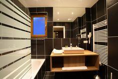 la salle de bain d'une des chambres de l'hôtel @banyanhotel  www.banyan-hotel.com 0479040444 Style Asiatique, 4 Star Hotels, Car Parking, Hotel Offers, Housekeeping, Wi Fi, Public, Suit, Rooms