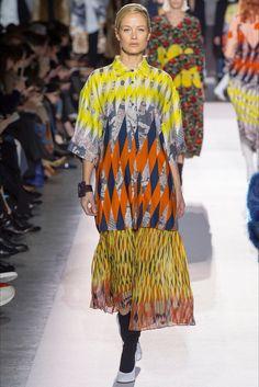 Guarda la sfilata di moda Dries Van Noten a Parigi e scopri la collezione di abiti e accessori per la stagione Collezioni Autunno Inverno 2017-18.