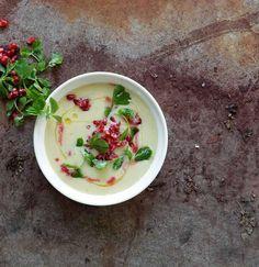 Das Wetter lädt zu Suppe ein. Und wir haben das passende Rezept: Die Schärfe vom Knoblauch wird durch die Frische vom Granatapfel perfekt ergänzt. Probiert selbst!