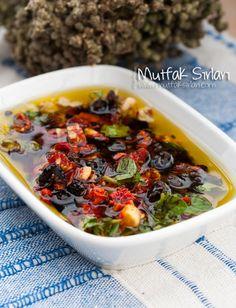 the zeytinyagli_kuru_domates_meze - Eat Recipes Tomato Appetizers, Appetizer Salads, Cooking Recipes, Healthy Recipes, Snack Recipes, Turkish Recipes, Dried Tomatoes, C'est Bon, Yummy Snacks