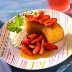 Découvrez la recette Baba fruits de la passion et fraises sur cuisineactuelle.fr.