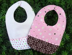 pocket bib pattern, I still have the bibs that my grandma Shaw made me like these when my kids were born. Cute Sewing Projects, Sewing Ideas, Sewing Crafts, Sewing Tutorials, Fabric Crafts, Bib Tutorial, Baby Gifts To Make, Diy Gifts, Bib Pattern