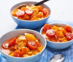 En saffransröd och mättande fiskgryta som för tankarna till Medelhavet. Grädden, den mustiga fiskbuljongen och tomaterna utgör basen och får puttra med saffran och mumsbitstora lax- och torsktärningar. Häll upp något gott att dricka och njut!