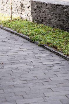 Tämä pihakivi on tehty Oriveden mustasta liuskekivestä. Liuskekivi kestää hyvin kuormitusta ja säilyttää värinsä vuodesta toiseen Sidewalk, Diy Projects, Patio, Outdoor, Ideas, Garden, Parking Lot, Pavement, Outdoors