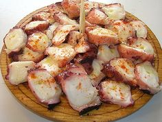 Pulpo-a-Feira. Receta de pulpo a la gallega o pulpo a feira aquí-----> http://www.directoalpaladar.com/recetas-de-pescados-y-mariscos/receta-de-pulpo-a-la-gallega-o-pulpo-a-feira