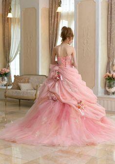 MAGNÍFICO! Me encantan las rosas en la falda. En crema blanca o, sería un vestido de novia increíble !: