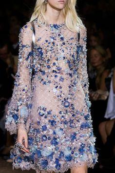 Retrouvez les photos du défilé Elie Saab Haute couture Printemps-été 2016, les meilleurs moments en vidéo, ainsi que les coulisses et les détails du show