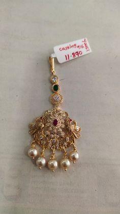 Gold Bridal Earrings, Gold Earrings Designs, Gold Jewellery Design, Mang Tikka, Tikka Jewelry, Gold Jewelry Simple, Siri, Lockets, Stone Necklace