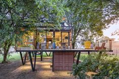 Living In Tropical House/ Hanging House/ Happy house Hello everyone. I'm an architect I interested tropical houses: Hanging House Casa Container Marília. Building A Container Home, Container House Plans, Raised House, Container Architecture, Tree Canopy, Container House Design, Architect House, Shipping Container Homes, Patio