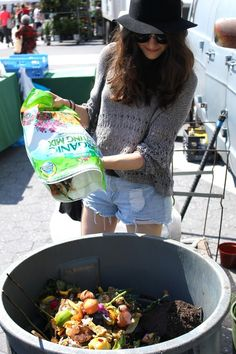 My name is Lauren. I'm a 23-year-old girl living in NYC and I don't make trash. For real. No garbage bin, no landfill. Nada.   I know what you are thinking. This girl must be a total hippie. Or a