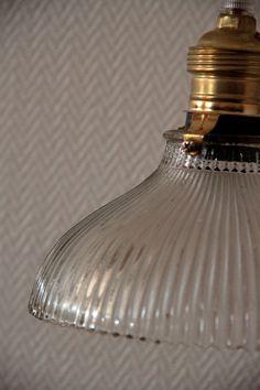Lampe suspension en verre ancien strié... http://www.lanouvelleraffinerie.com/plafonniers-suspensions-lustres/910-sophie-lampe-luminaire-en-verre-ancien-strie.html