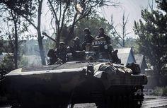 ウクライナ東部ドネツク(Donetsk)市内を戦車に乗り進む親ロシア派の武装集団(2014年7月27日撮影)。(c)AFP/BULENT KILIC ▼28Jul2014AFP|MH17墜落現場への部隊派遣は「非現実的」、オランダが計画中止 http://www.afpbb.com/articles/-/3021613 #Donetsk