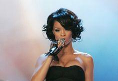 En 2007, Rihanna arbore un carré court aux boucles noires ultra-glamour