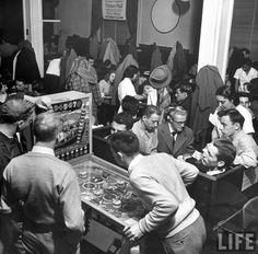 Estudiantes de la Universidad Estatal de Ohio jugando al pinball, 1949.  George Skadding. Life