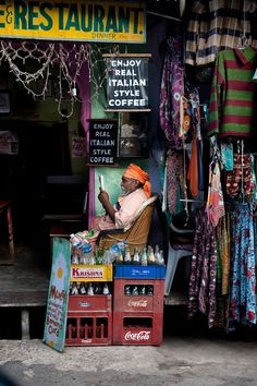 """"""" Reading in India by Steve McCurry. This time we visit India. Probably his favorite place. Bright, colourful and beautiful. Other post: Afghanistan,. Steve Mccurry, In This World, People Around The World, Around The Worlds, Goa India, Nova Deli, Fotojournalismus, Namaste, World Press Photo"""
