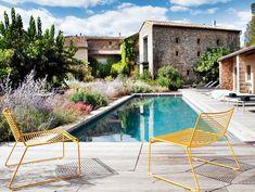 Una piscina en un hotel con encanto