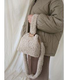 Jubine Wool Bubble Bag Color W Concept ! jubine wool bubble bag farbe w konzept ! sac à bulles en laine jubine couleur w concept Unique Handbags, Mini Handbags, Japanese Fashion, Korean Fashion, Diy Bag Designs, Beige Purses, Baby Hats Knitting, Cute Bags, Knitted Bags