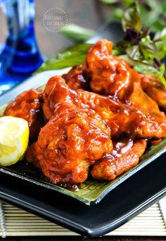 Chicken Wings in Honey-Sriracha Sauce @SECooking | Sandra #delicious #sweetandspicy #homemade