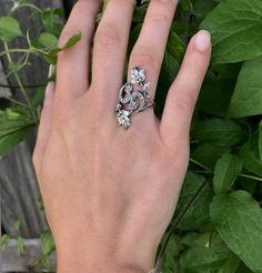 """Sommerlicher Ring Katniss. Ein wahrer Allrounder unter unseren Schmuckstücken. Perfekt zur Tracht oder als Highlight zu deinem Tagesoutfit.   Erinnert euch der Ring nicht auch ein wenig an den Film """"Die Tribute von Panem""""? :-)  #schmuck #ringe #silberschmuck #tracht Outfit Des Tages, Tribute, Film, Rings, Jewelry, Accessories, Nice Jewelry, Nature, Nice Asses"""