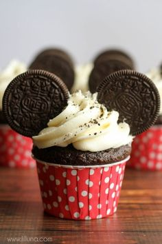 Cute and simple Mickey Mouse Cupcakes perfect for your next Disney-themed party. All you need are cupcakes, frosting and Oreos! Mickey Mouse Cupcakes, Bolo Do Mickey Mouse, Disney Cupcakes, Mickey Mouse Parties, Mickey Party, Mickey Mouse Party Decorations, Minnie Mouse, Mouse Ears, Mickey 1st Birthdays