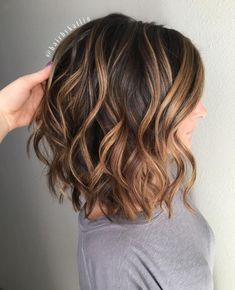 Short Brown Hair with Caramel Highlights frisuren frauen frisuren männer hair hair styles hair women Dark Chocolate Hair, Chocolate Color, Balayage Lob, Ash Blonde, Brunette Balayage Hair Short, Caramel Balayage Brunette, Lob Ombre, Medium Brunette Hair, Balayage Hairstyle