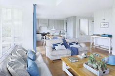 Konsolę Joanna kupiła w Riviera Maison. Poduszki i dodatki - House&more. Pled - NAP.