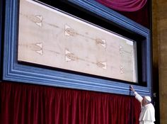 Pope Pauses in Silent Prayer Before Shroud of Turin - TIME #Pope, #Francis, #Turin, #World