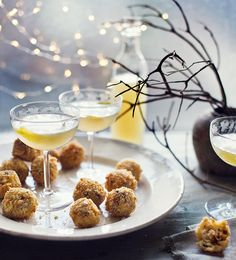 Mushroom and mozzarella arancini. You can prepare these rice balls ahead of your party, then all they need is frying when guests arrive. Curacao Azul, Christmas Canapes, Christmas Drinks, Veggie Christmas, Christmas Ideas, Vegetarian Christmas Recipes, Xmas Recipes, Canapes Recipes, Gin Recipes